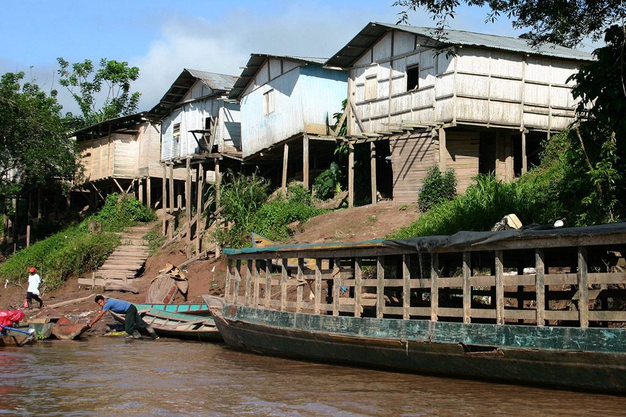 The boat landing site in Yuyapichis; in the foreground a larger vessel for livestock transport. The houses are built on stilts, as the Río Pachitea causes long periods of high water