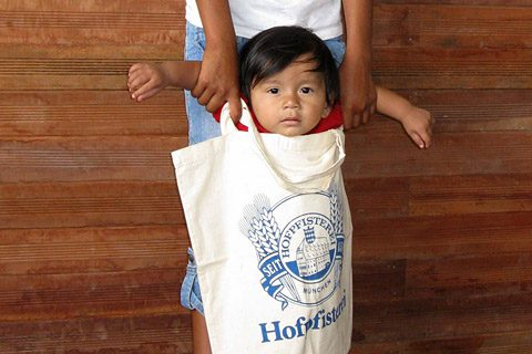 A practical gift: An Asháninka girl with a cloth bag from the Hofpfisterei